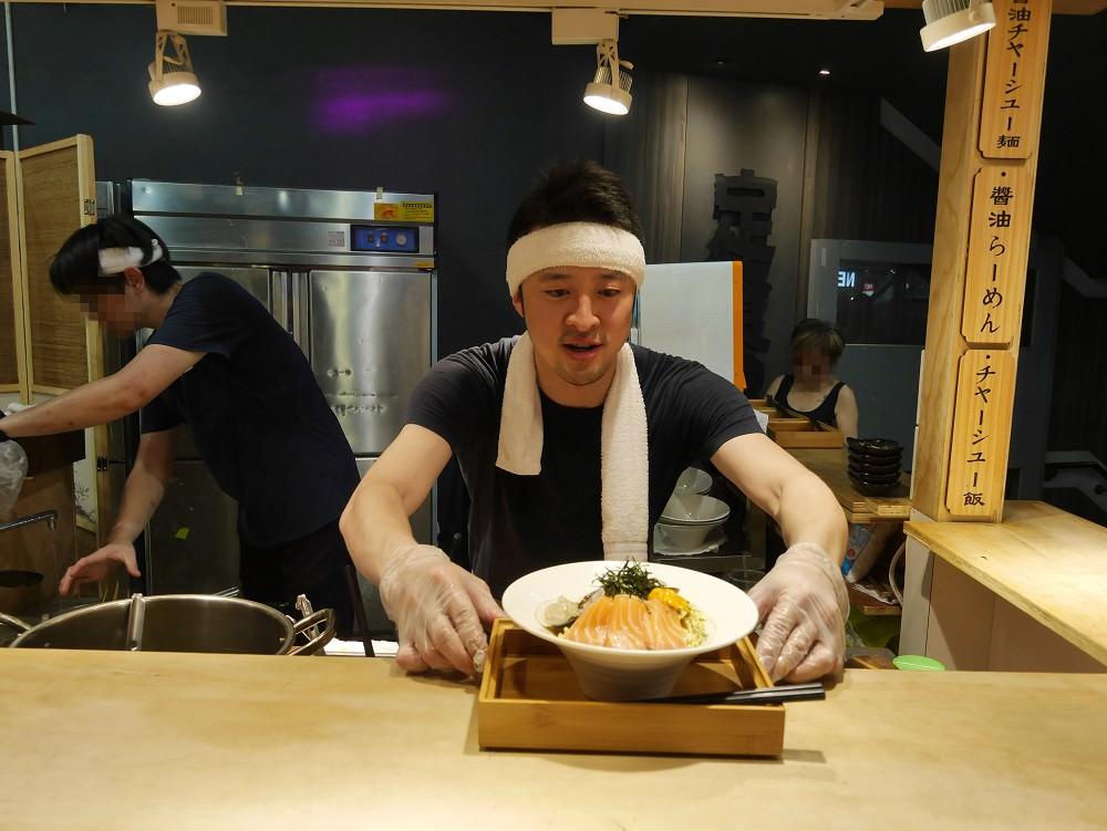 新北美食。新莊必吃 熊越岳拉麵 服務至上日式屋台,型男主廚魅力登場